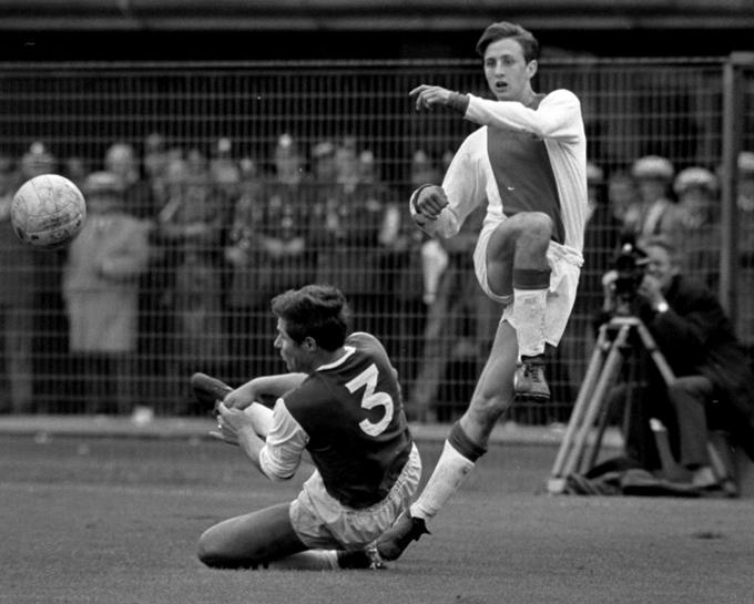 Feyenoord_tegen_Ajax_1-0._Nummer_26_Israel_in_duel_met_Cruyff