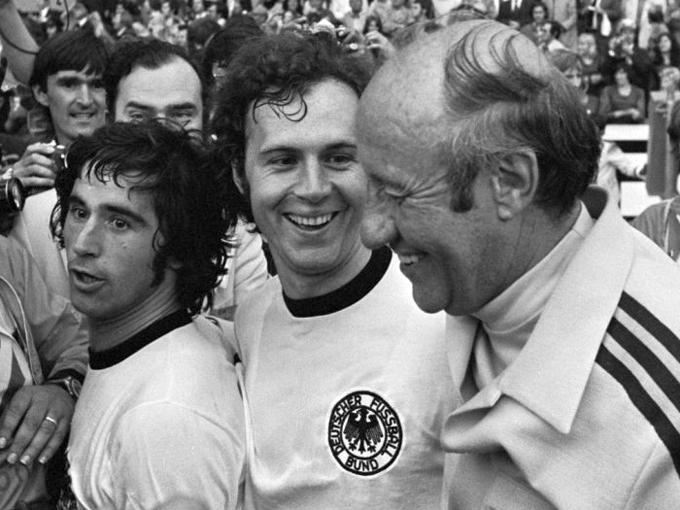 Muller,_Beckenbauer_en_trainer_Schon_1974-2