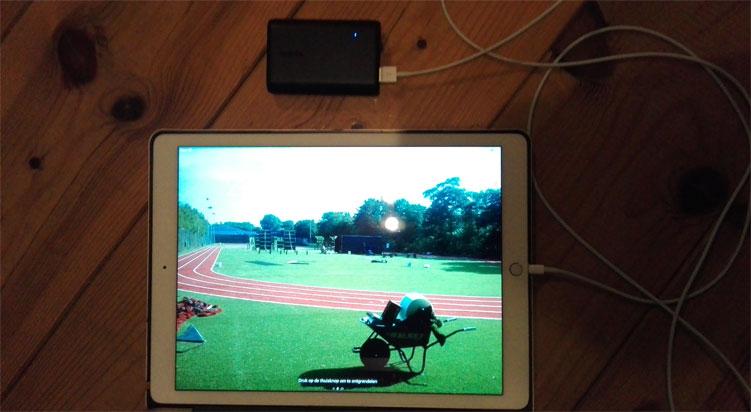 De Anker PowerCore 10000 tijdens het opladen van een iPad Pro